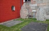 Runestenene udenfor våbenhuset ved Ålum Kirke.