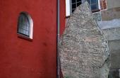 Den store Ålum-runesten med rytterfiguren.
