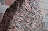 Detalje af runebåndet øverst på den store Ålum-runesten.