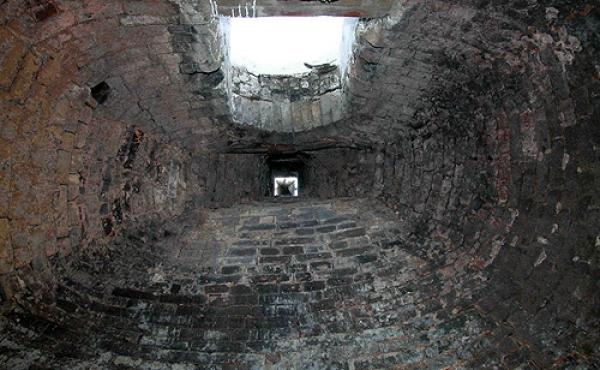 8: En af de kubeformede kalkovne set indefra og op gennem skor- stenen mod indfyldningshullet.
