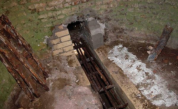 11: Indfyringskanalen i bunden af kalkovnen hvor kul blev tilført, og hvor igennem brændingen kunne kontrolleres.