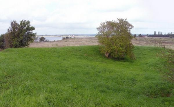 Panorama over skansebanken set fra sydvest. Bemærk den lave kanonplatform indenfor østvolden mod sundet.