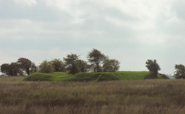 Det imponerende skanseanlæg set fra landsiden (fra øst).