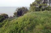 Skansen ligger på toppen af kystskrænten kort vest for parkeringspladsen.