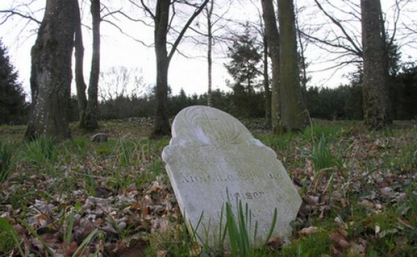 Kirkegården rummer mange ældre gravsteder.