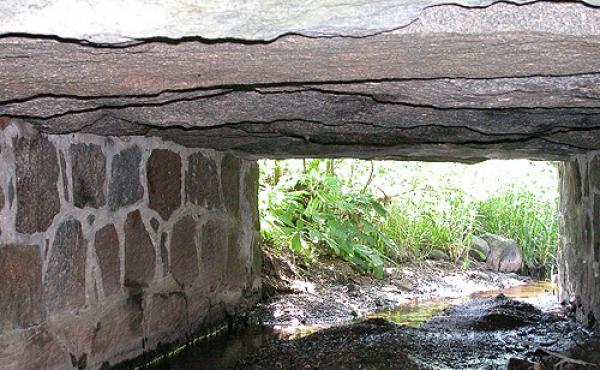 Et kig gennem broens nordre gennemløb. Bemærk de fine opmurede brosider i kløvede kampesten.
