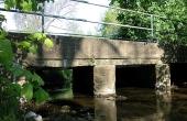 Østfacaden af broen er i dag delvist skjult under moderne beton.