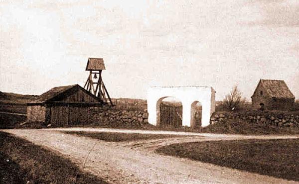 Krogsbæk Kirke før nedriv- ningen i 1901. Her fra sydøst med den tidligere lade i stendiget. Foto: Nationalmuseet.