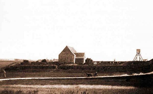 Kirken lå oprindeligt i et åbent landskab, og der fandtes også en vejforbindelse over Krogsbækken gennem nordvesthjørnet af kirkediget. (Foto: Nat.museet)