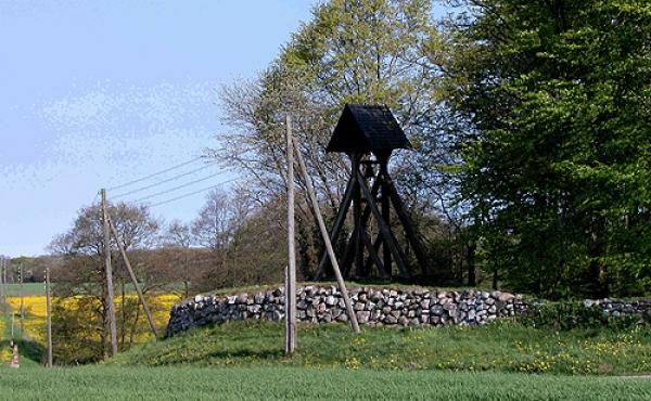 Klokkestablen på gravhøjen langs det sydlige kirkegårdsdige set fra sydøst.