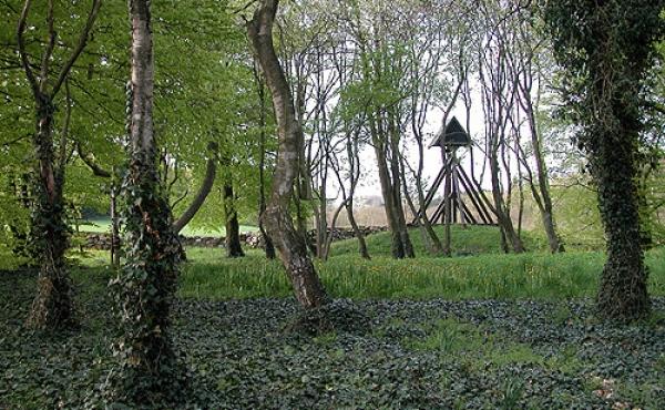 Der findes gamle hedenske gravhøje ved omkring 100 danske kirker.