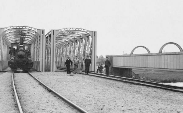 Foto fra syd af den genopførte kassebro fra 1862 samt de to gitterbroer fra 1908,som fjernedes i 1952.