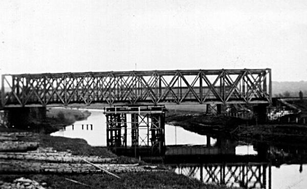 Efter 1943-sabotagen måtte gitterbroerne understøttes på midten for at kunne holde.
