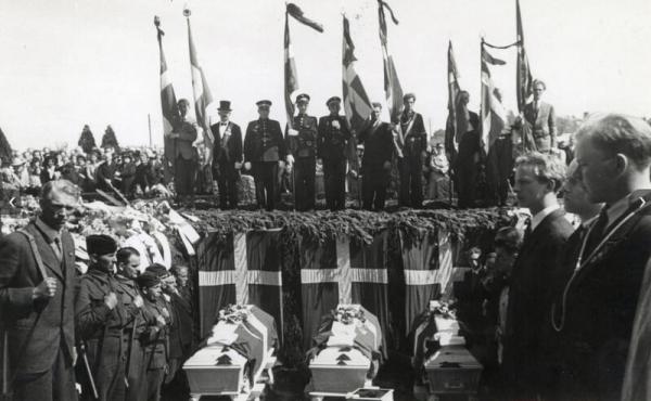 Fra genbegravelsen af 3 af de henrettede sabotører i Mindelunden, Randers 25. Maj 1945.