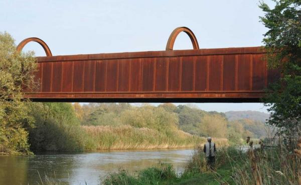 Den gamle kassebro kaldes også med rette for Den Rustrøde Bro.