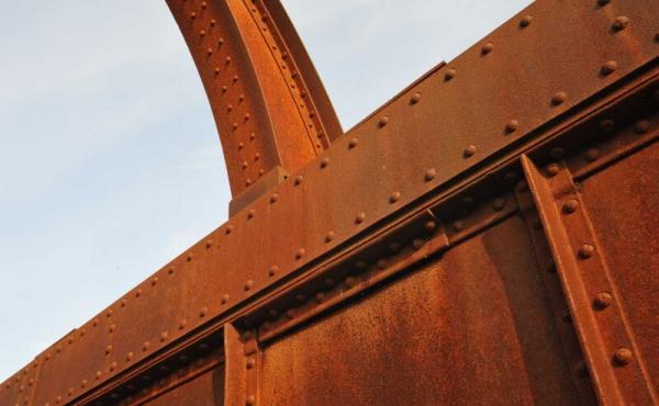 Kassebroen er nittet sammen med jernnagler.