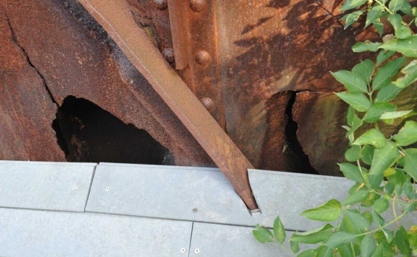 I østsiden af kassebroens sydende ses stadig huller fra 1943-sabotagen.