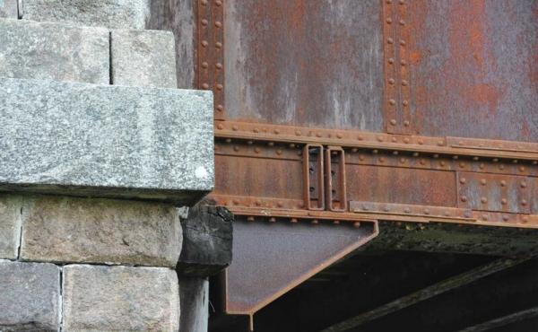Kassebroens sydende måtte understøttes med træ efter sabotagen i 1943.