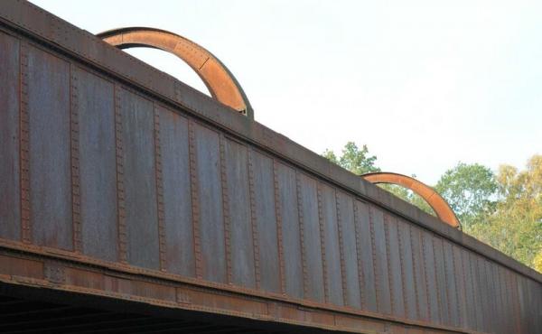 Kassebroens østside hvor de pånittede jernplader står smukt.