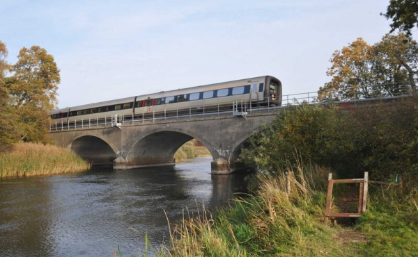 Nutidens betonbro med intercity-tog på den Jyske længdebane.