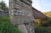 Det sydlige af kassebroens smukke brohoveder i granit.