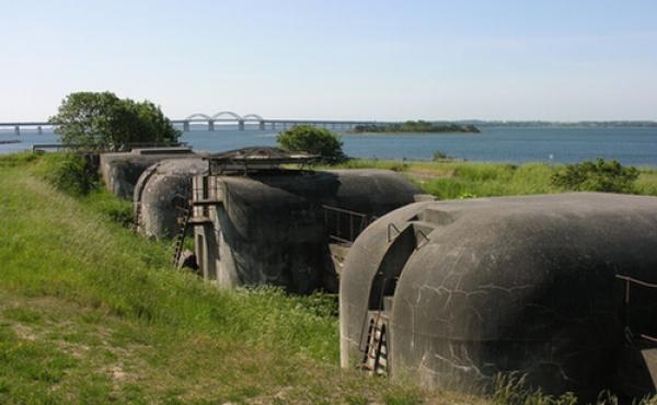 Kanonbatteriet ved Masnedø-fortet set fra nordvest med Storstømsbroen i baggrunden.