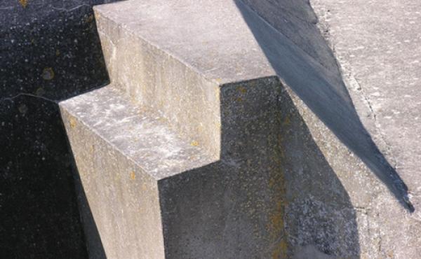 Bygningerne er opført i massiv armeret beton.