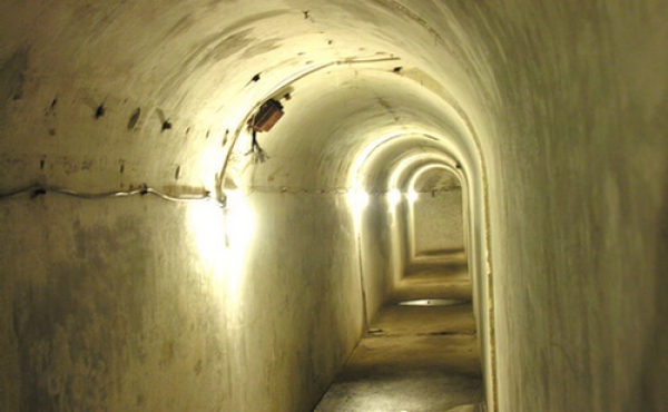 Lange underjordiske gange forbinder Masnedø-fortets enheder.