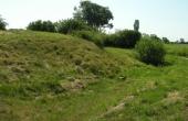 En voldgrav omslutter hele skansen. Her den vestlige voldgrav set fra nord.