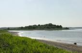 Udsigt mod vest over Maderne set fra kysten lige nord for Roneklint skanse.