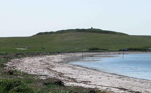 Ryes skanse markerer sig monumentalt på bakken ved roden af Helgenæs. Her set fra nord.