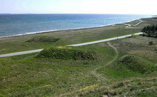 De zigzag-formede skanser på den lavtliggende øststrand set fra hovedskansen.