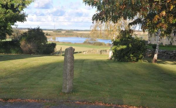 Vildtbanestenen på plænen ved Munke Bjergby præstegård.