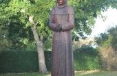 Et udgået elmetræ ved præstegården er nu omdannet til en flot munkefigur.