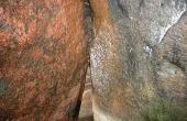 5: I kammeret udfylder den originale tørmur med flade sten fuldstændigt ethvert mellemrum mellem kammerets 5 bæresten.