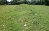 4: Langhøjene er opstået gennem tilføjelser af nye begravelser. Her den sydlige høj set på langs fra vest.