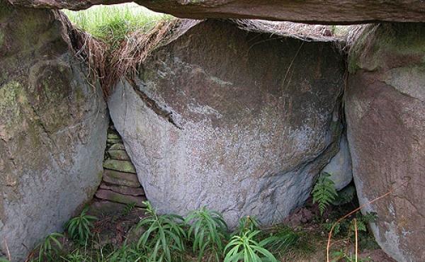 5: Indre af jættestuens kammer med velbevaret tørmur mellem bærestenene.