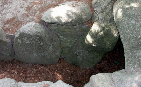 5: Flot tørmur mellem kammergangens bæresten ved indgangen til gravkammeret.