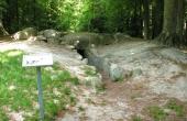 4: Billedet af jættestuehøjen fra sydøst giver et godt indtryk af hvad der tidligere er gravet af højen, som oprindeligt helt dækkede gravkammeret og gangen.