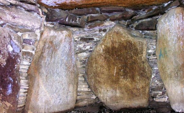 1: Sten i fantastiske farver indgår i byggeriet af den yderst seværdige Jordehøj-jættestue.