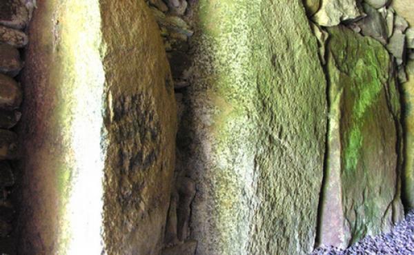 9: Bæresten og tørmure i ydre del af gangen.