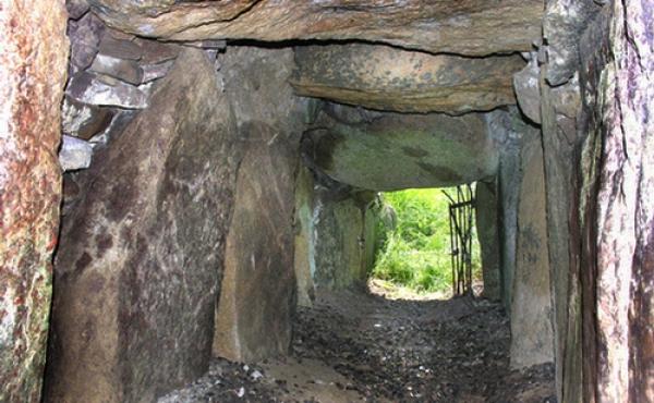 10: Den smalle kammergang set indefra jættestuen.