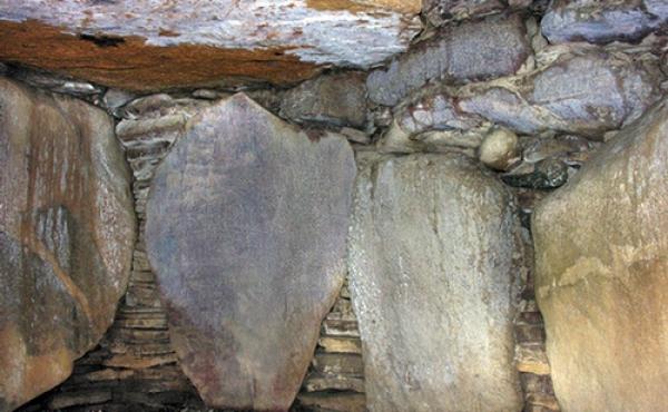13: Stenpakninger og tørmure er lagt i kalkmørtel, som helt forsegler gravkammeret.