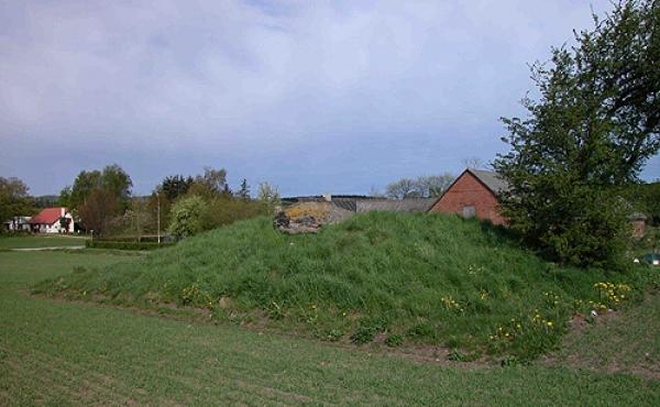 2: Langdyssens gravkammer og gang forsegles stadig næsten helt af den omgivende jordhøj.