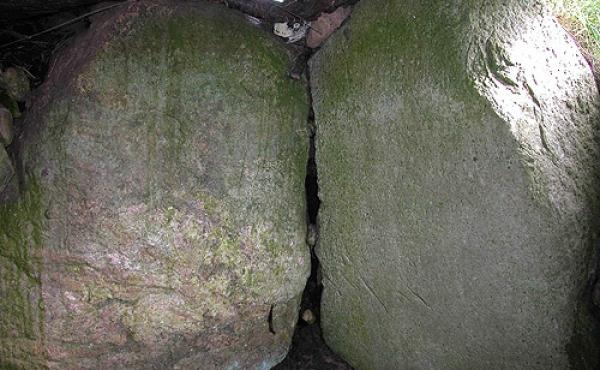 6: De tætstillede bæresten i langdyssens gravkammer vender den flade side mod kammeret, og danner sammen med den store dæksten et helt forseglet rum.