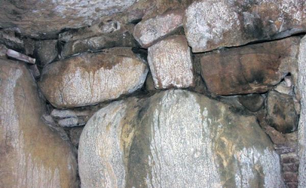 Indskudste sten over og mellem kammerets bæresten udligner bærestenenes forskellige højde og danner en plan flade for de store dæksten.