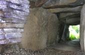 Kammergangen med dens tørmure med flade stenfliser forsegler gangen.