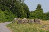 Langdyssetomten set fra vest. I forgrunden de tre bæresten som er tilbage fra det vestlige gravkammer.