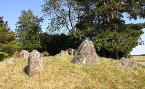 I vestenden står tre store randsten - sådanne sten kaldes også for
