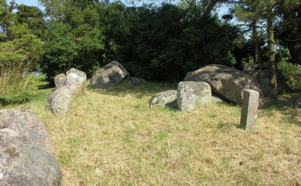 De to gravkamre i højen set fra vest.